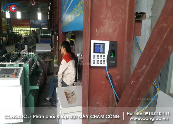 Hình ảnh lắp máy chấm công tại xưởng tôn Vina Vĩnh Bảo