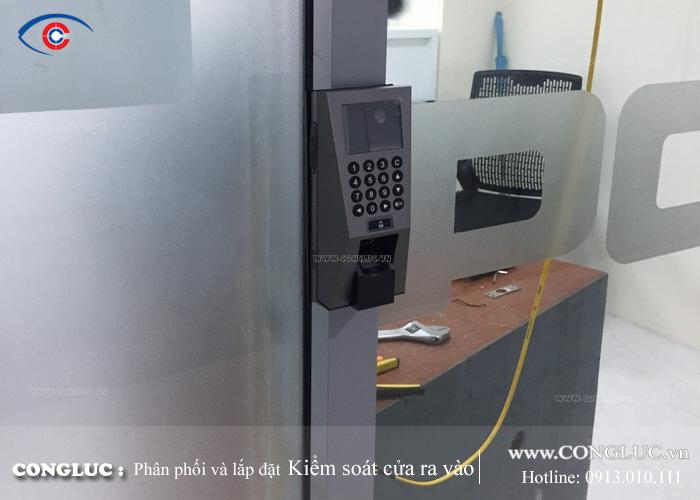 lắp máy chấm công kiểm soát cửa ra vào f18id tại kcn vsip